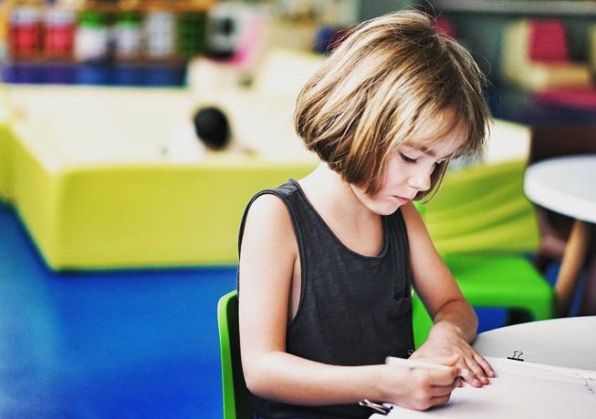 dziewczynka ucząca się matematyki