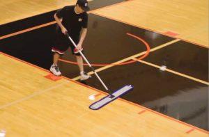 czyszczenie podłogi w hali sportowej
